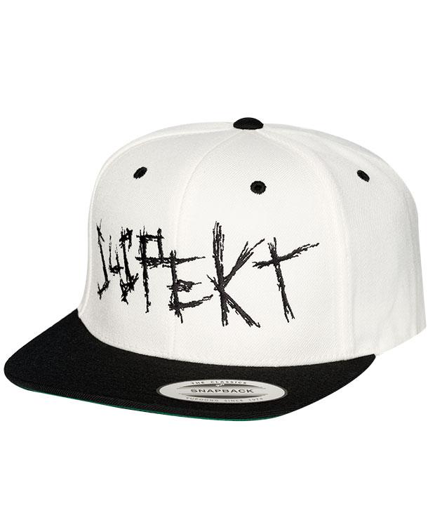 Hvid snapback cap med stort, sort Suspekt logo og sort skygge