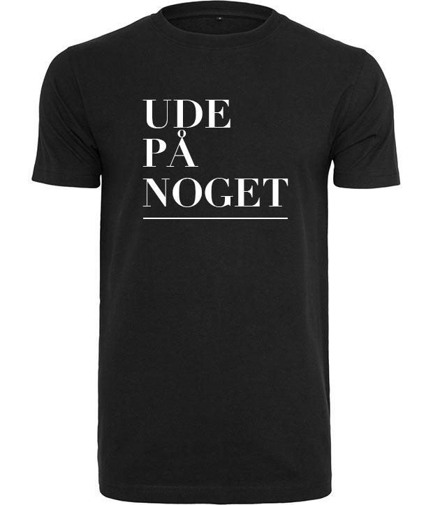 Sort t-shirt med hvidt tryk af ordene Ude på noget