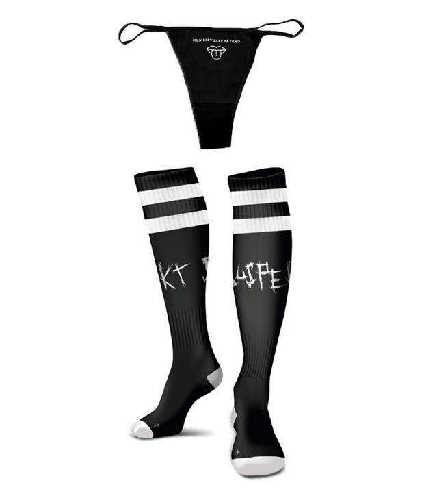 Han blev bare så glad pakke med sort knæhøje strømper med suspekt logo og sort g-strengs trusse med ordene hun blev bare så glad samt en mund med en tunge